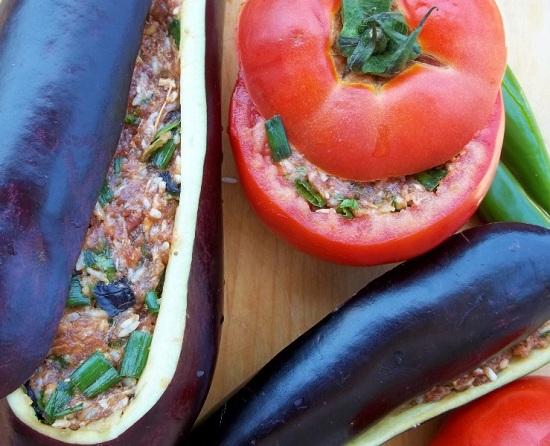 начиняем подготовленные томаты и баклажаны фаршевой смесью