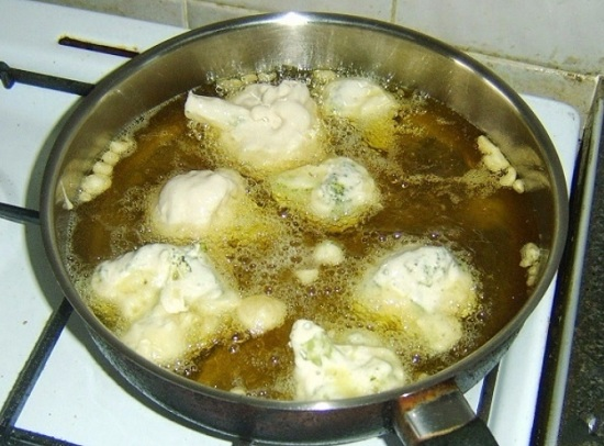 В сковороде прогреем масло