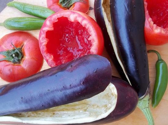 С томатов срежем верхушки, а баклажаны разрежем