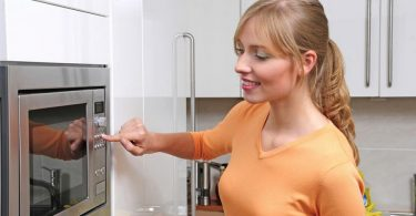 Как приготовить омлет в микроволновке (в кружке, для ребенка, с молоком)?
