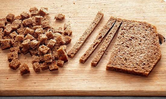 Ржаной хлеб измельчаем ломтиками