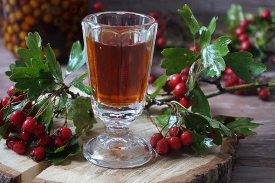 Ягоды боярышника настаивают на медицинском спирте