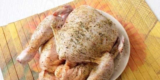Полученной смесью натираем куриную тушку