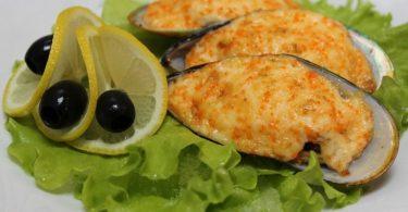 Мидии, запеченные в духовке (в раковинах, с сыром, под сливочным соусом)