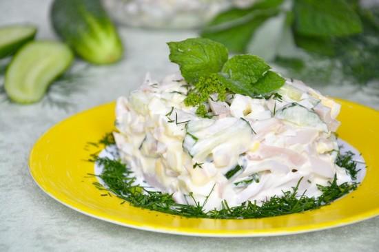 Салат с консервированными кальмарами и яйцом