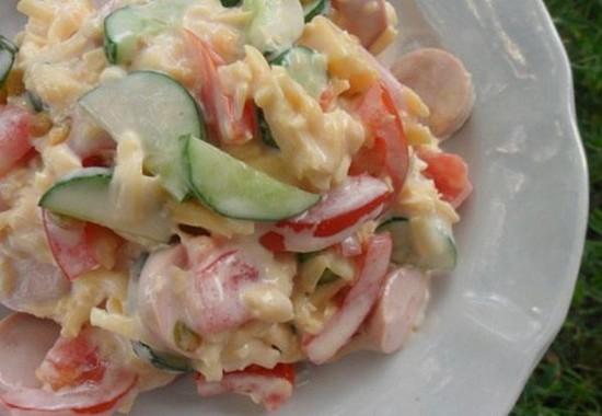 Салат с консервированными огурцами и яйцами