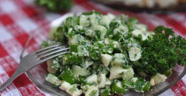 Салат из зеленого лука с яйцом (рисом, редиской, огурцом)