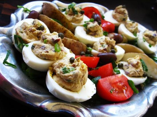 Печень трески с яйцом и луком