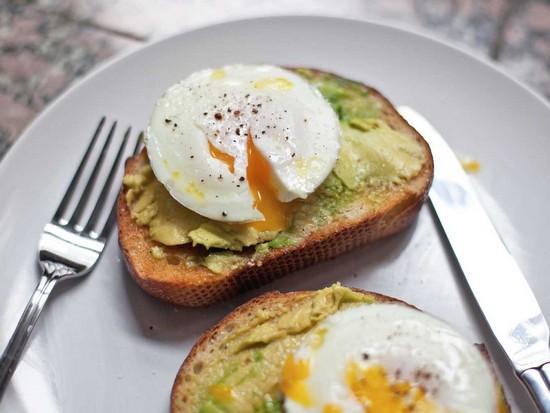 яйца пашот подают к столу с зеленью