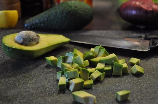 нарезаем экзотический фрукт кубиками