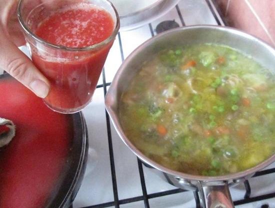 Вливаем томатную заправку в суп