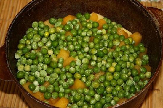 Замороженный зеленый горошек достаем из морозильной камеры