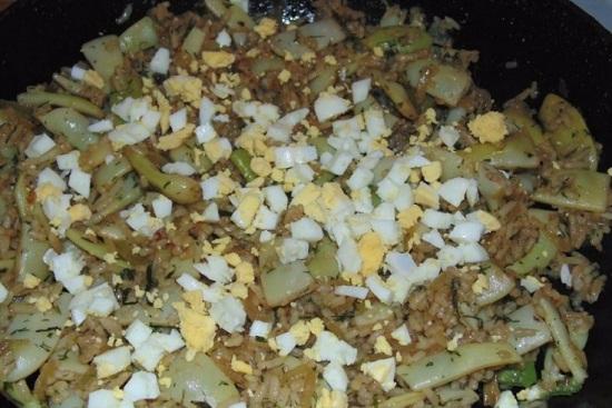 Выключаем конфорку и выкладываем в сковороду яйца