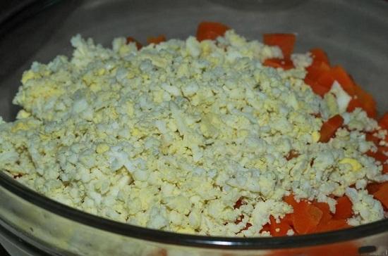 Сваренные вкрутую яйца натираем