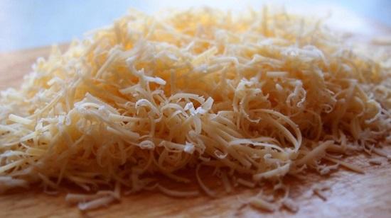 Твердый сыр натираем на меленькой терке