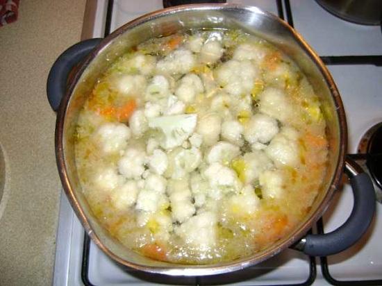 Капусту разбираем на соцветия и добавляем в суп