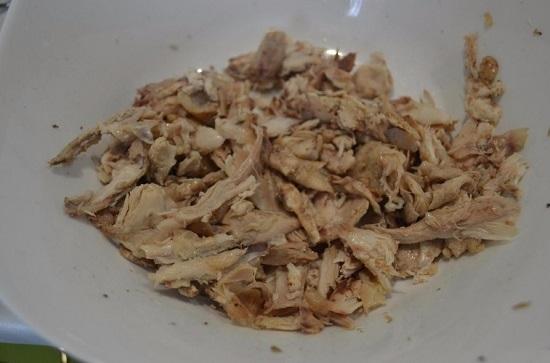 Отдельно подготавливаем отварное куриное мясо
