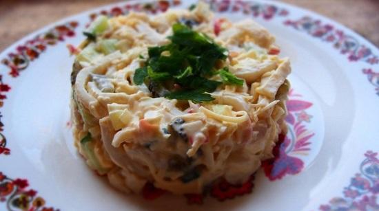 Салат из кальмаров, яиц и огурцов