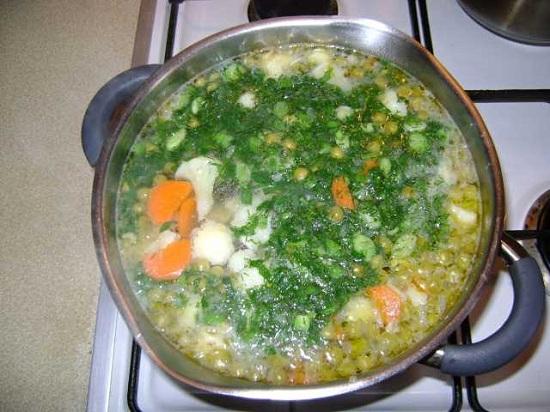 Варим суп пару минут и добавляем рубленую зелень