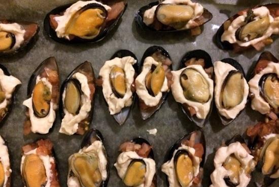 На соус выложим мясо морепродуктов