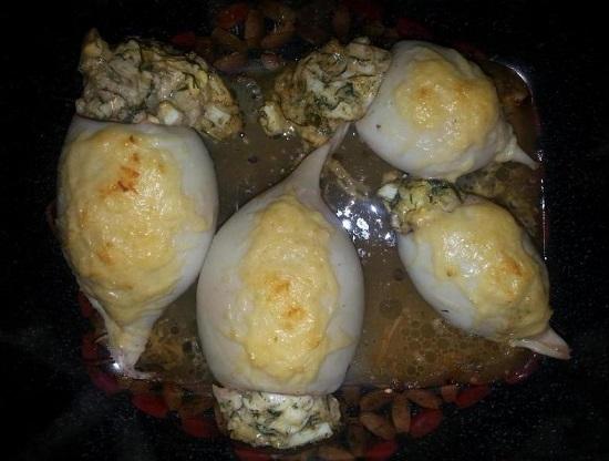 Кальмары, фаршированные грибами и яйцом