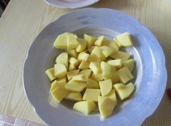 измельчаем картофельные клубни брусочками