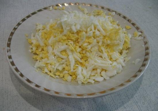 Отварим яйца вкрутую и очистим
