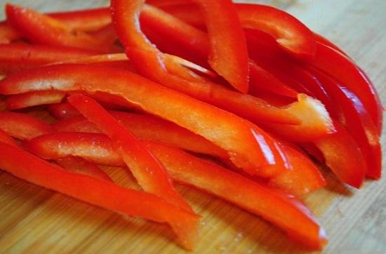 Измельчаем болгарский перец тоненькими полосками