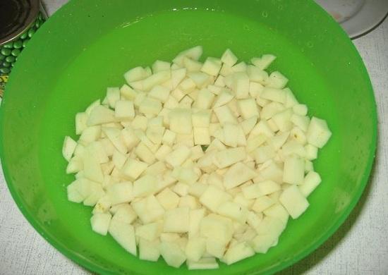 Картофельные клубни очистим и нашинкуем