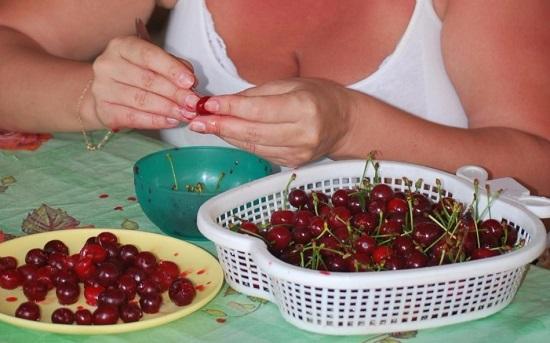 Из вишневых плодов убираем косточки