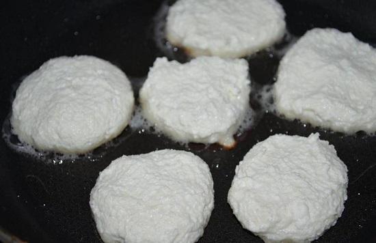 ложкой выкладываем сырники
