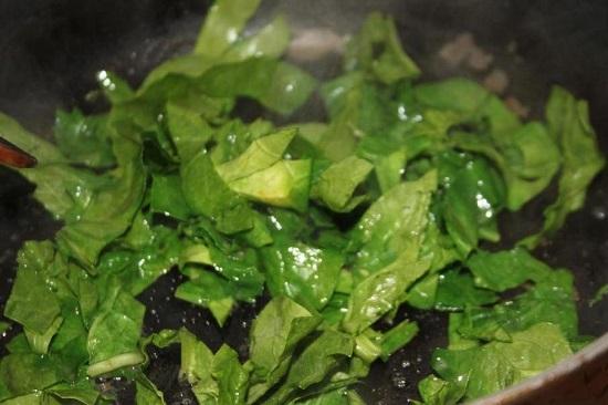 На сливочном масле пассеруем шпинат