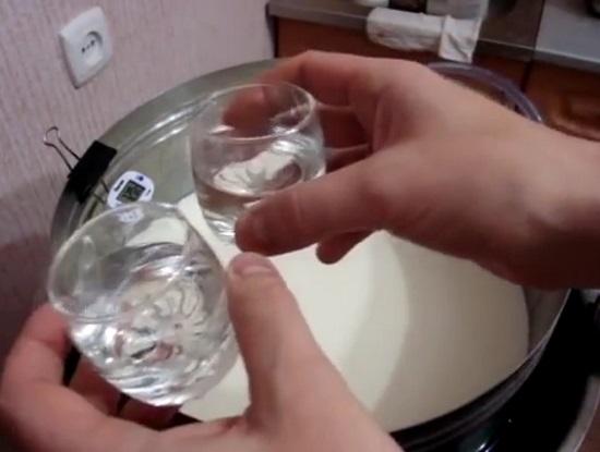 вводим в молочную основу сычужный фермент