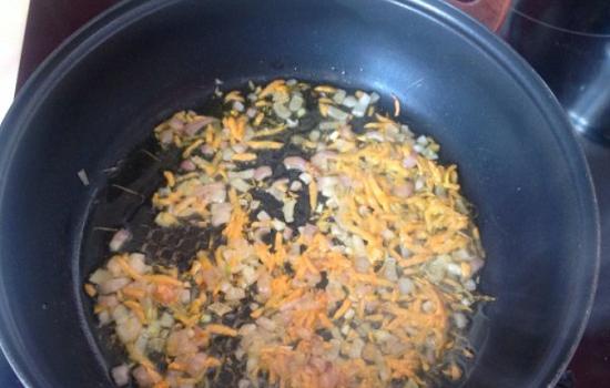 Пассеруем лучок с морковью на масле растительном
