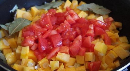выкладываем измельченные томаты и листики лавра