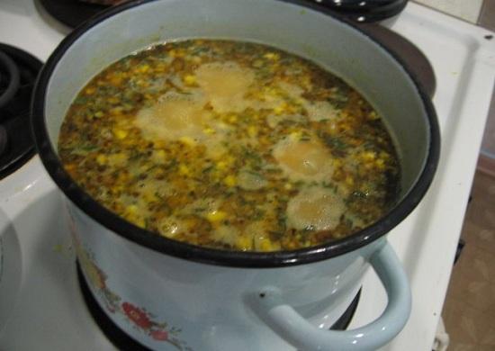 С горошка сольем сок и добавим его в супчик