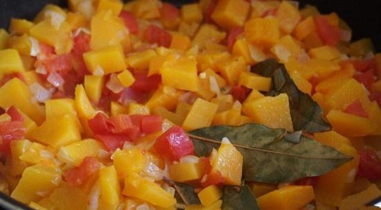 Выкладываем в кипящий бульон обжаренные овощи