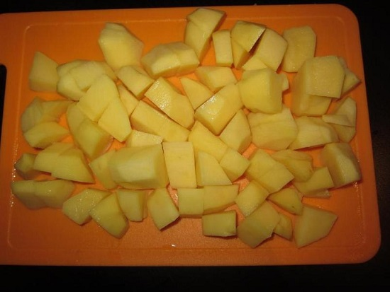 Очищенные картофельные клубни нарезаем