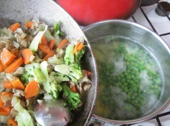 Выкладываем овощи в кастрюлю с картофелем