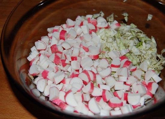 крабовые палочки в салатницу с капустой