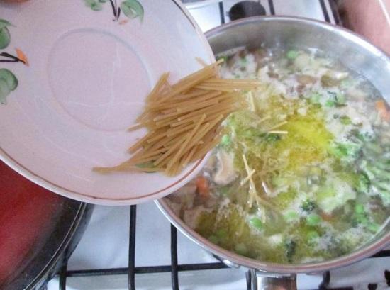 Добавляем вермишель, спагетти или другие макаронные изделия