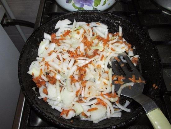 Овощи пассеруем до размягчения на рафинированном масле