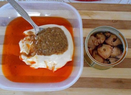 Сцеживаем маринад и добавляем его к салатной заправке