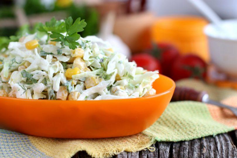 Салат с капустой и кукурузой (крабовый, с огурцом)
