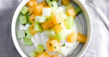 Салат с дыней: рецепты с сыром, курицей, креветками, арбузом