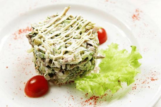 салат с говяжьим языком и солеными огурцами