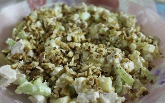 сытный салат. Курица, ананас, сельдерей, яблоко