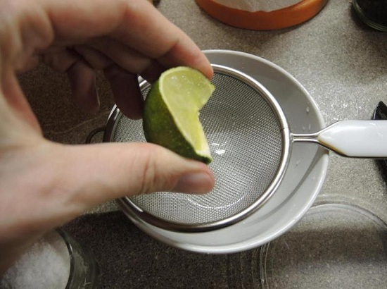 выдавливаем из лайма сок