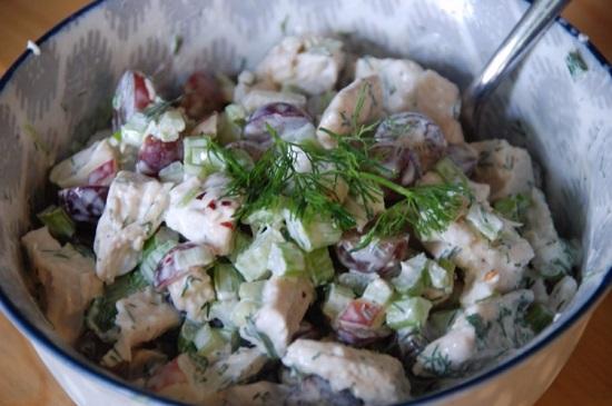 Салат с курицей и сельдереем, и яблоком